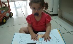 """עלמה קוראת בעצמה את """"הלו הלו אבא"""". הלו הלו המשקפיים של אמא!"""